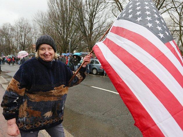 VLiberci uvítala americký konvoj tisícovka příznivců. Dešti navzdory.