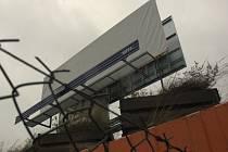 NEPOVOLEN. Bigboard na autobusovém nádraží halí textilie. Úřady ho již řeší.