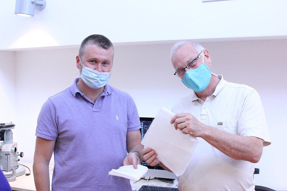 Jiří Chvojka (vlevo) z fakulty textilní a Petr Louda z fakulty strojní s materiálem z kyseliny polymléčné.