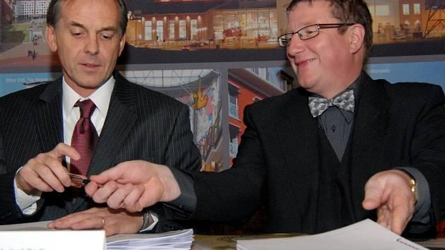 PODPIS. Primátor Jiří Kittner a ředitel investorské společnosti Luboš Kočí včera stvrdili smlouvu podpisem.