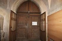 Řezbované dveře s nadsvětlíkem v kostele sv. Víta se navrátí do původního stavu.