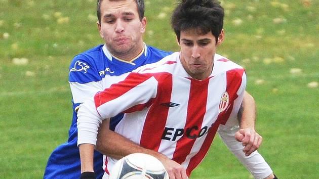 Hlavický hráč (vepředu) bojuje o míč. Ilustrační foto