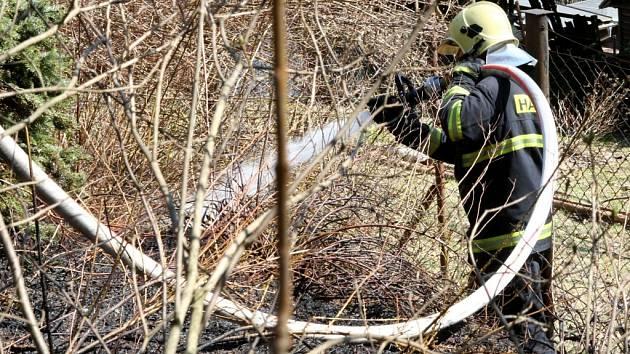 Od hořícího listí na pozemku chataře v Rudolfově přeskočil oheň do lesa.