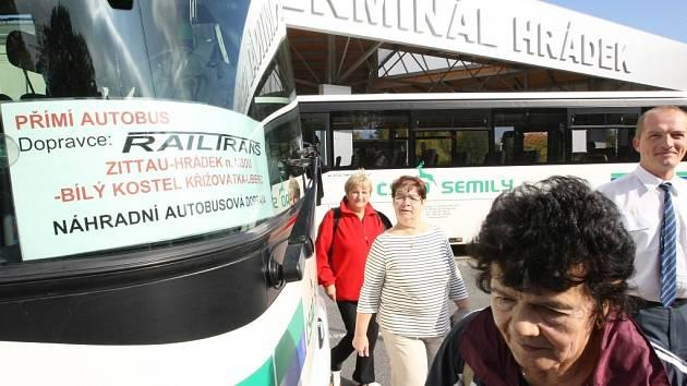 Zatímco cestující postávali u cedule informující o výluce, autobus se zrovna chystal odjet z neoznačeného místa.