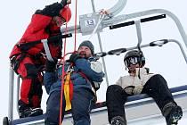 Zcela nový lyžařský areál na svahu vrchu Javorník u Dlouhého Mostu se chystá přivítat první návštěvníky v pátek 17.prosince 2010 na večerním lyžování od 18.00 hodin. Během přípravy na provoz cvičili lidé z obslužného personálu záchranu osob z lanovky.