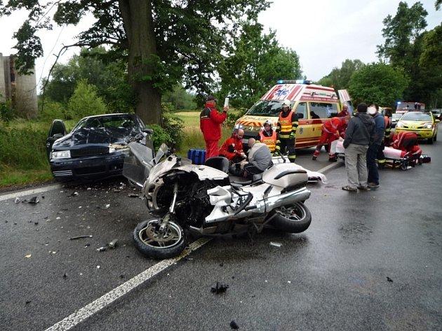 Motorkář čelně narazil do protijedoucí Škody Octavie.