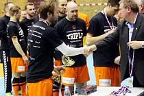 DEKOROVÁNÍ. Kapitán Pavel Bína přebírá pohár pro vítěze divize.
