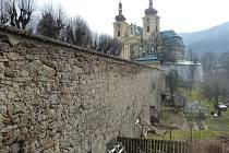 Kostelní zeď v Hejnicích.