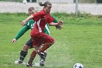 VODNÍ PÓLO V RUPRECHTICÍCH. Ruprechtický Alois Javůrek vyváží míč z vodní plochy. Ruprechtice Lučany 3:3.