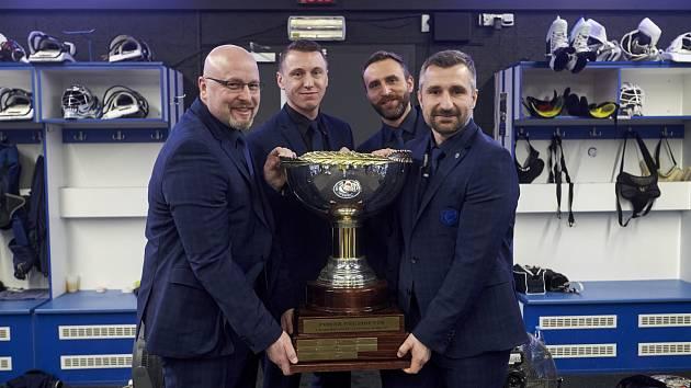 Zleva Patrik Augusta (hlavní trenér), Aleš Vladyka (videokouč), Martin Láska (trenér brankářů) a Jiří Kudrna (asistent trenéra) s Prezidentským pohárem.