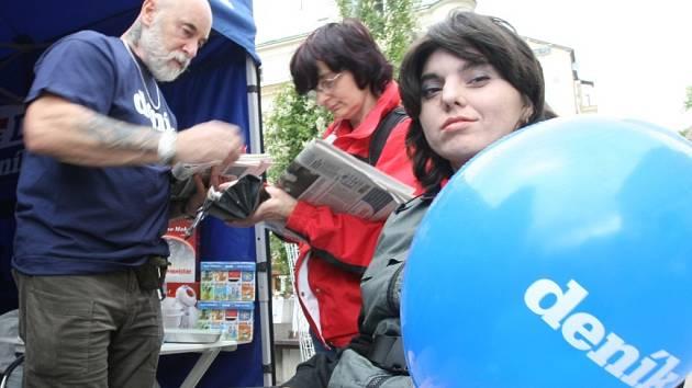 Den s Deníkem v Liberci přilákal na Soukenné náměstí několik stovek lidí.