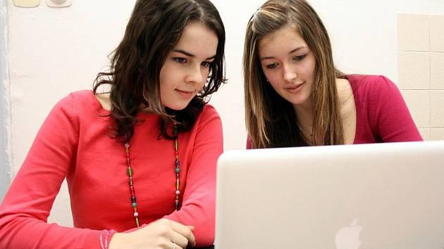 STUDENTKY DRUHÉHO ROČNÍKU GYMNÁZIA Johana Fajferová a Kristýna Sedláková se zatím s MacBooky od společnosti Apple teprve seznamují. Výuka na nich přijde později.