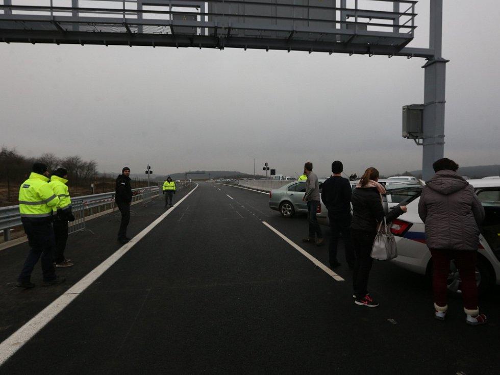 Zhruba hodinu před otevřením dálnice D8.