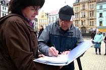 DEMONSTRACE PROTI VŠEM. Na mítink proti vládě i proti liberecké radnici dorazilo včera na náměstí téměř 200 lidí. Promluvili k nim představitelé odborů i Jan Korytář.