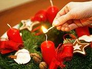 Ilustrační. Vánoce. Adventní věnec. Svíčka.