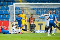 FAUL! Liberecký útočník Jan Kuchta (ležící zcela vlevo) právě vybojoval pro Slovan důležitou penaltu.