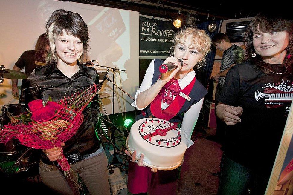 RAMPA SLAVILA PATNÁCTINY. V Klub Na Rampě se oslavovalo. Večerem provázeli Slaměnka a Martin Kadlec. Na pódiu se vystřídalo sedm kapel a dvě divadla.