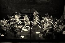 Snímky z výstavy Music by the Way propojují muziku s divadlem.