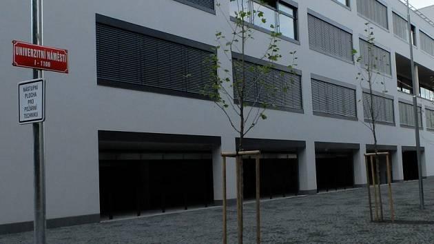 NOVÉ NÁMĚSTÍ vzniklo v Liberci v areálu Technické univerzity po dostavení nové budovy s aulou a laboratořemi.