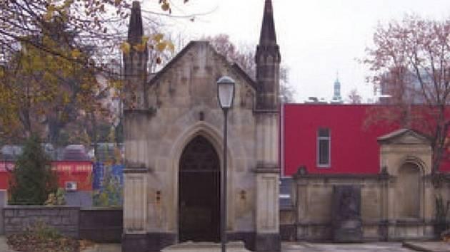 OPRAVÍ HROBKU. Novou střechu dostane hrobka rodu Hübnerů, která je v Budyšínské ulici v Liberci.