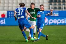 Zápas 26. kola první fotbalové ligy mezi týmy FK Jablonec a FC Slovan Liberec se odehrál 29. dubna na stadionu Střelnice v Jablonci nad Nisou. Na snímku v zeleném je Lukáš Masopust.