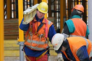 Mezi nejrizikovější, v souvislosti s případnými úrazy, patří práce na stavbách.