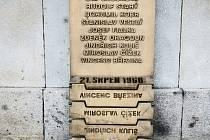 Pomník obětem okupace před libereckou radnicí.