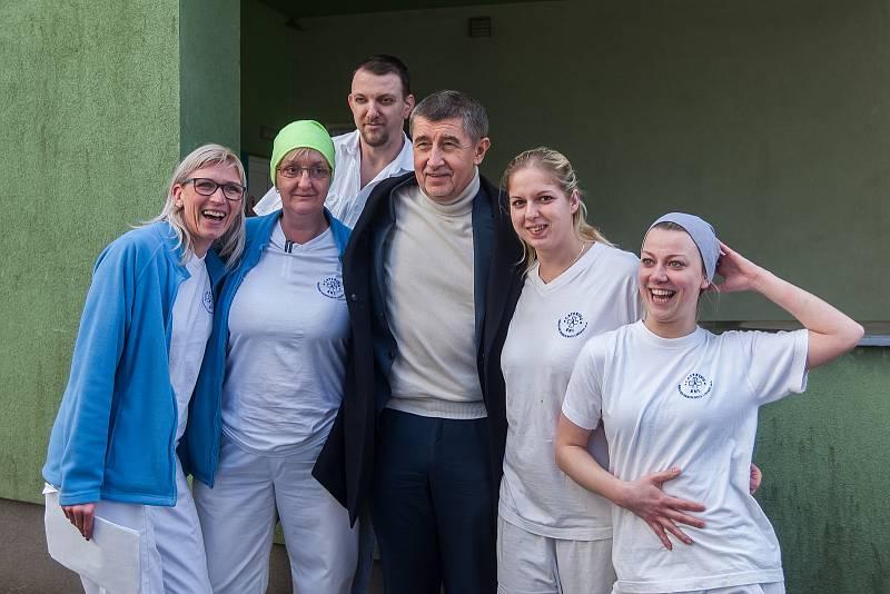 Výjezdní zasedání vlády ČR v Libereckém kraji proběhlo 13. března. Na snímku s nemocničním personálem je premiér v demisi Andrej Babiš (ANO) při návštěvě Krajské nemocnice v Liberci.
