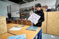 Tomáš Kolečář stojí za projektem Plastmakers Club. V rámci něj chce mládeži ukázat, jak přeměnit plastový odpad v nové, designově neotřelé předměty. Jeho dílna sídlí v pavilonu D v areálu Technického muzea v Liberci.