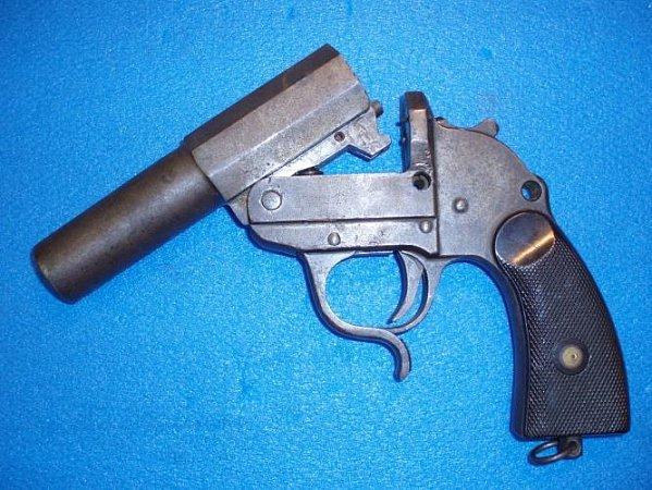 Zbraňová amnestie koncem roku skončila. Na policii vČeské Lípě přinesl muž samopal MP40.