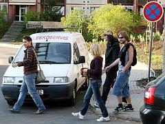 OKRSKÁŘI MĚSTSKÉ POLICIE NA ROCHLICKÉM SÍDLIŠTI řeší mimo jiné i špatně parkující auta.  Foto: Deník/ Petr Šimr