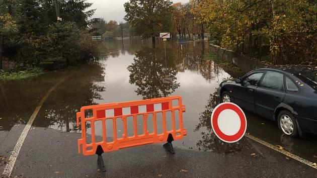 Vytrvalý déšť rozvodnil řeku Smědou po celém toku od Bílého potoka až do Černous, kde se řeka vylila z koryta a zaplavila silnici.