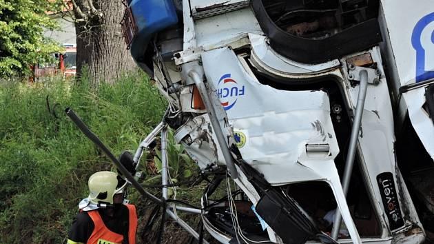 Převrácený kamion na kabinu na I/35 u odbočky na Sekerkovy Loučky.