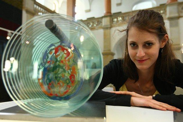ZÁZRAKY ZNITRA. Návrhářka skla Marie Peerová ve svém projektu Záznamy znitra zaznamenala svůj boj sepilepsií, který vyhrála.