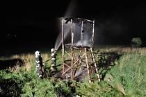 Na okraji bývalé skládky v Raspenavě na Frýdlantsku hořel myslivecký posed.