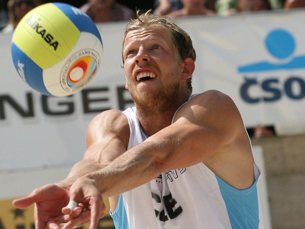 SEN O PEKINGU. Michal Bíza (na snímku z turnaje v plážovém volejbale v Brně) věří, že se dostane na olympijské hry v Pekingu 2008.