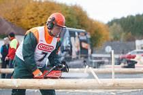Závod v odvětvování na soutěži Hejnický dřevorubec.