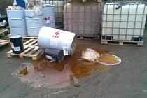 """Snímky ukazují, jak """"bezpečně"""" skladuje odpady z výroby v Grupo Antolin v Chrastavě a Liberci firma, která je má likvidovat."""