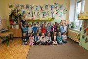 Prvňáci ze Základní školy Lesní v Liberci se fotili do projektu Naši prvňáci. Na snímku je s nimi třídní učitelka Barbora Pražáková.