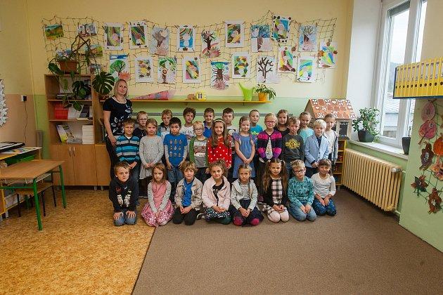 Prvňáci ze Základní školy Lesní vLiberci se fotili do projektu Naši prvňáci. Na snímku je snimi třídní učitelka Barbora Pražáková.