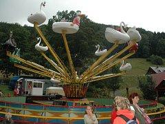 Tradiční pouť v Kryštofově Údolí není plná jen divadla či hudby, ale samozřejmě také kolotočů a dalších atrakcí.