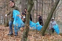 Dobrovolníci uklízeli okolí liberecké přehrady.