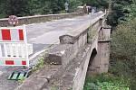 Historický kamenný most z roku 1856 přes řeku Jizeru v Poniklé.