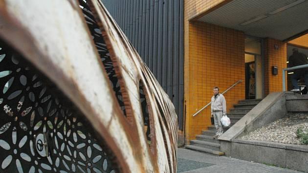 KVĚTY. Dolní centrum brzy bude prázdné, nyní zde zůstaly jen sochy Čestmíra Sušky.