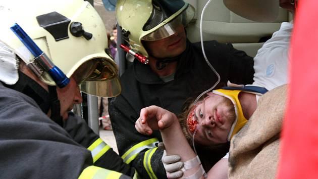 Dva pasažéři havarovaného vozidla Škoda Roomster se díky perfektní práci krajských hasičů včas dostali do péče záchranářů.