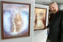 Ve vestibulu Krajského úřadu v Liberci vystavuje svoje obrazy liberecký malíř Jiří Lochman.