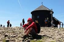 NA SNĚŽCE. Místo, kde se o prázdninách můžou najednou potkat desítky turistů.