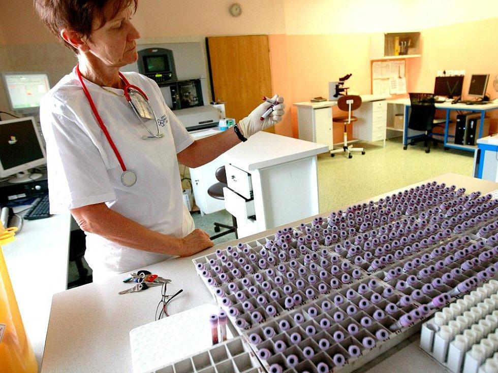 ODDĚLENÍ KLINICKÉ HEMATOLOGIE. Ve zdejších laboratořích probíhají speciální vyšetření například na srážení krve. Jen loni to bylo bylo přes 140 tisíc krevních obrazů.