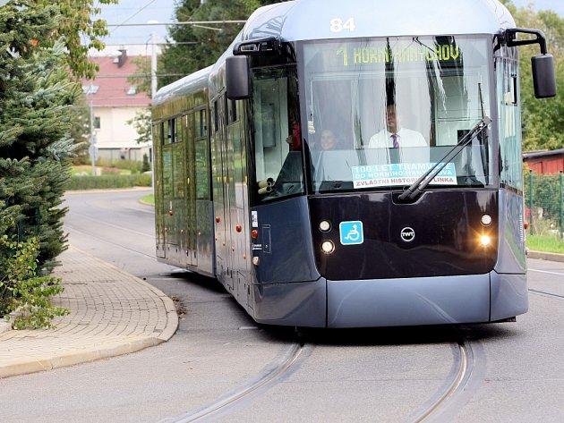Sto let od zavedení a zprovoznění tramvajové dráhy do Horního Hanychova slavil Dopravní podnik jízdami nejmladším autobusovým veteránem a nejnovějším modelem tramvaje na konečnou tramvají v Horním Hanychově