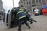 Specialisté na dopravní bezpečnost nejprve divákům na Škodě Roomster ukázali, jak fungují airbagy. Poté hasiči celý vůz převrátili na bok a figuranti znázorňující cestující havarovaného vozu si vlezli do auta aby je následně hasiči mohli vyprostit.